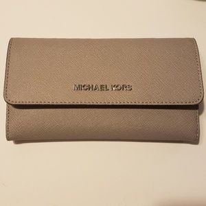 Jet Set Travel Large Trifold Wallet Pearl Grey